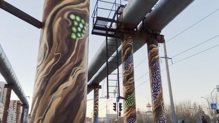 Отобрали работу у маляров: художники разрисовали опоры теплотрассы на Широтной