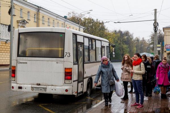 Ярославцы теперь не могут знать заранее, почём проезд в маршрутке, которая подъезжает к остановке: 23 или 26 рублей
