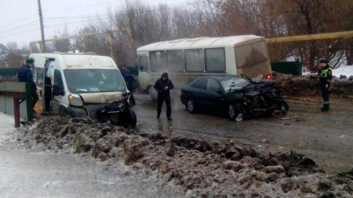 Капот — всмятку: на мосту в Сызрани лоб в лоб столкнулись Nissan и маршрутка