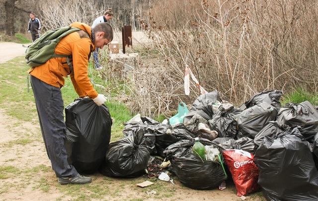 Волгоградцы выносят мешки с мусором с ерика Верблюд в Волго-Ахтубинской пойме
