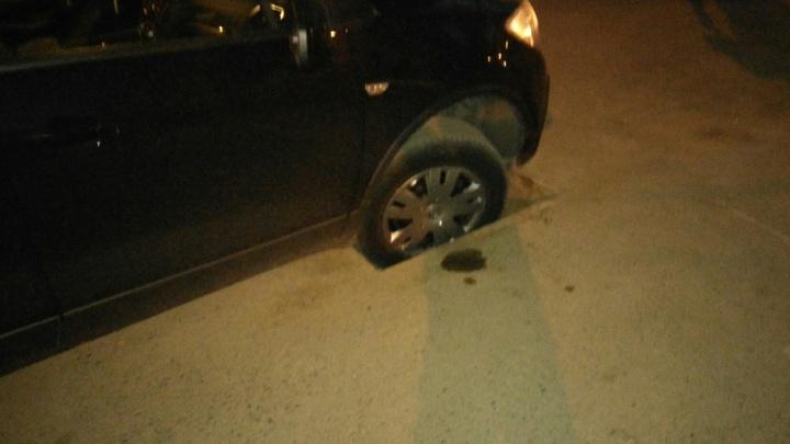 Напротив МРЭО в Кировском районе иномарка провалилась колесом в открытую ливневку