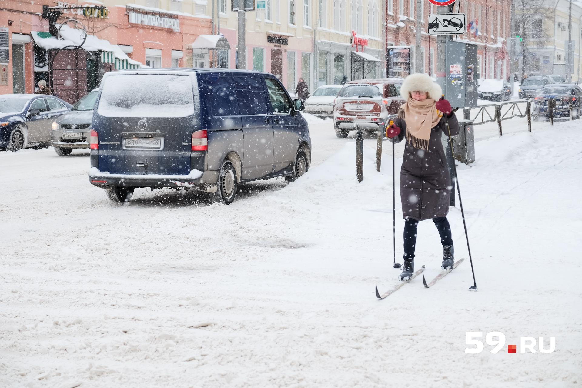 Лыжник тоже пешеход – должен соблюдать ПДД и идти только на зеленый сигнал светофора