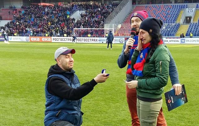 Во время игры с «Ростовом» фанат ЦСКА сделал предложение своей возлюбленной