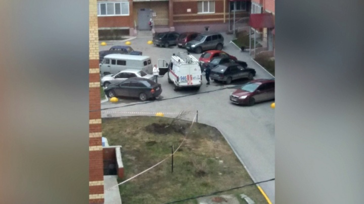 Полицейские рассказали, из-за чего во дворе многоэтажки на Игримской прогремел взрыв