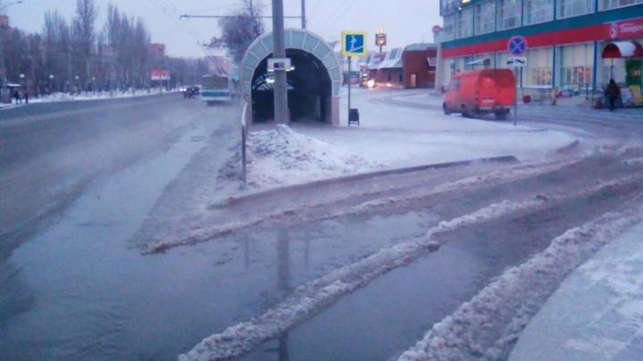 В Самаре специалисты устраняют утечку холодной воды на Московском шоссе и Революционной
