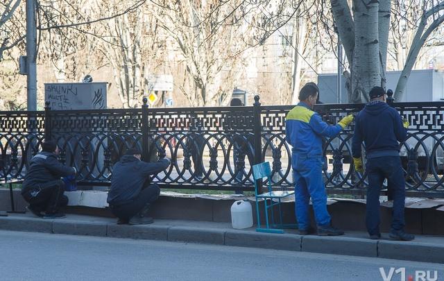 Рабочие начали красить ржавую чугунную решетку в центре Волгограда