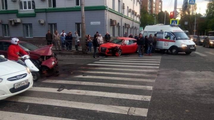 Видео момента ДТП на Владимирской — Коммунистической: Audi отбросило на супружескую пару