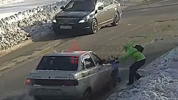 Появилось видео, как машина в Ярославле сбила двухлетнего ребёнка