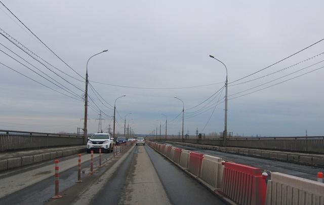 В Самаре на Южном мосту через реку Самару вдвое сузили проезжую часть