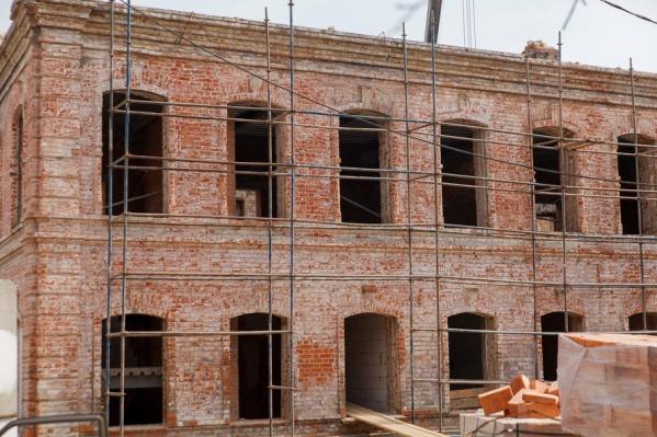 Строители реставрируют стены, укрепляют фундамент, заменяют перекрытия и кровлю