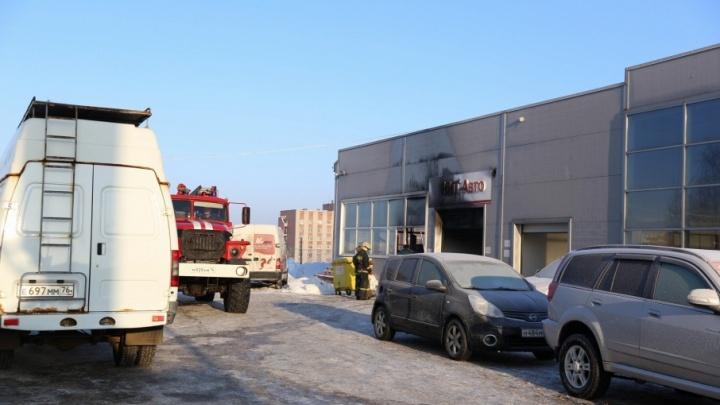 На выезде из Ярославля загорелся автосалон