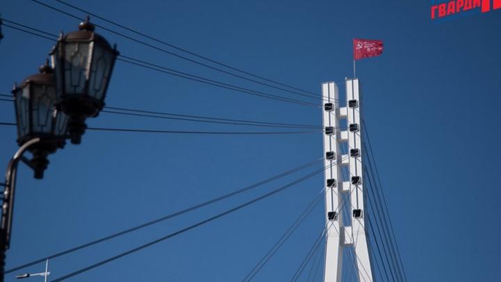На самой высокой точке Моста влюбленных появилось Знамя Победы