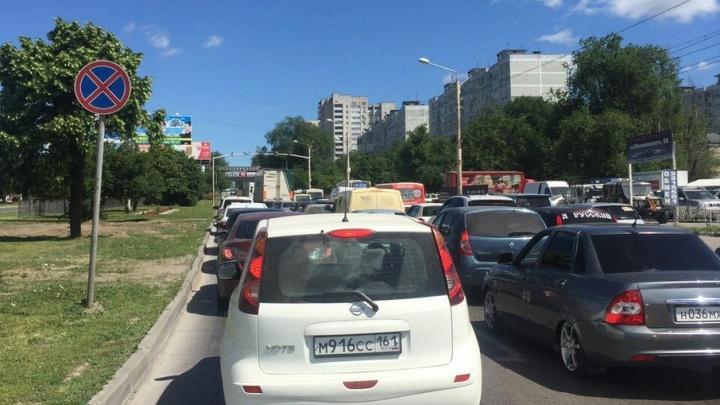 Из-за укладки асфальта на Малиновского водители простаивают в большой пробке