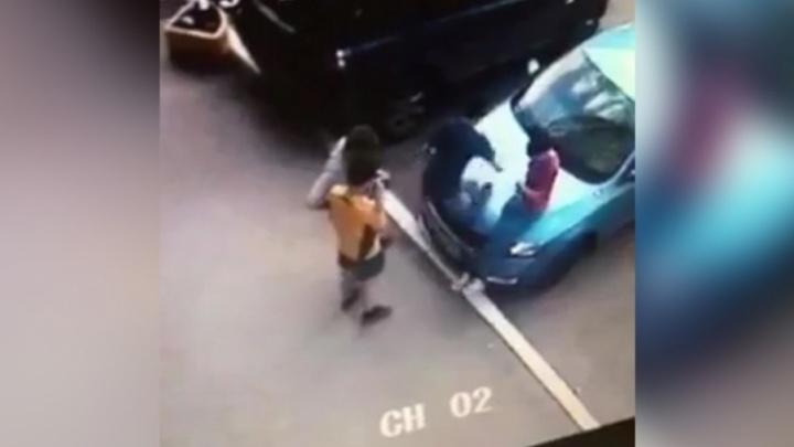 «Они плясали на крыше»: в Самаре подростки устроили паркур на автомобилях