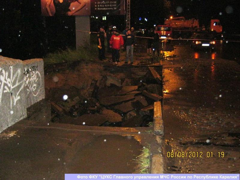Стихия обвалила 8 метров тротуара, ведущего на мост в Петрозаводске