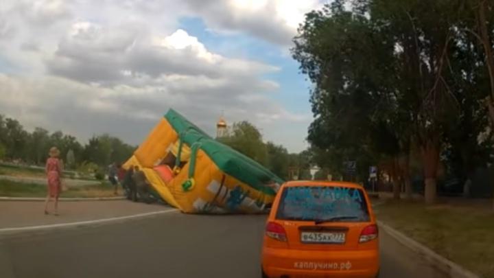 В закрытом городе под Волгоградом ветер снес батут с детьми: одна девочка в коме