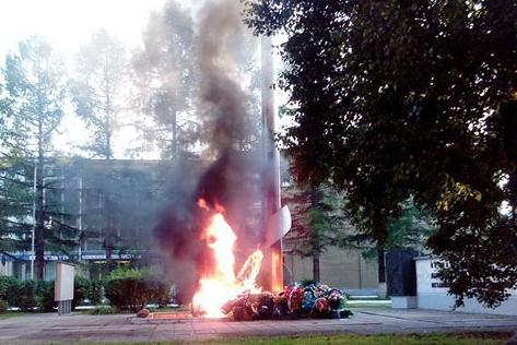 «Всё расплавилось»: в Челябинской области подожгли венки у Вечного огня
