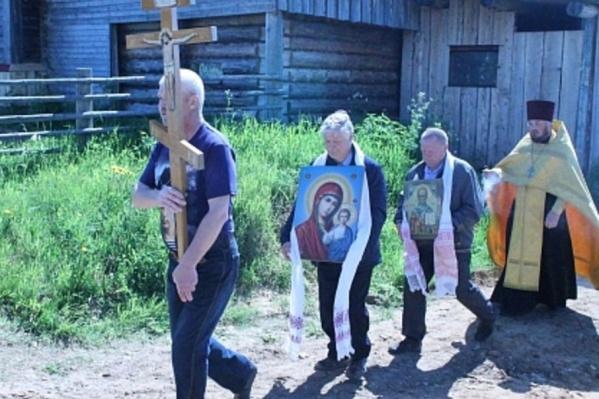 В обычное время в деревне идут работы по реставрации главного храма