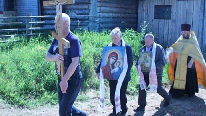 В Пинежском районе местные жители изготовили и установили поклонный крест