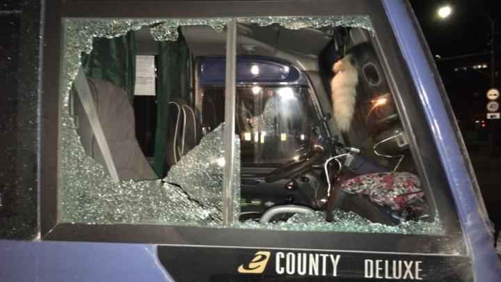 «На корпусе вмятина, стекла разбиты»: в Краснокамске обстреляли несколько автобусов