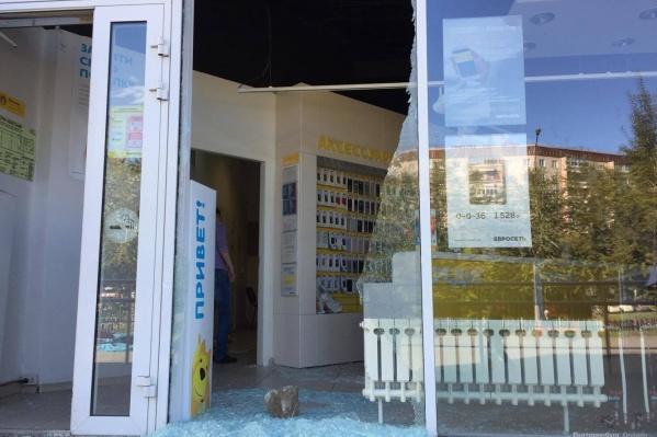 Хулиганы разбили стекло и забрались в салон.