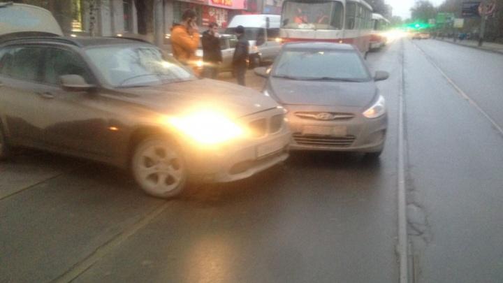 В Самаре встало движение: на трамвайных путях на Полевой столкнулись две иномарки