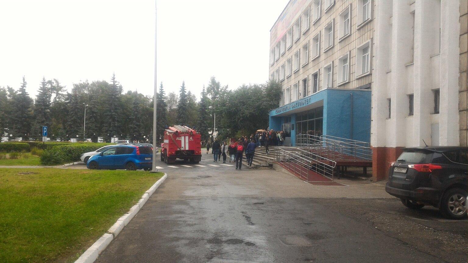 К университету также приехали пожарные и сотрудники полиции