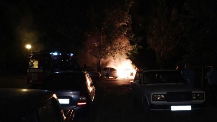 «Огонь буквально поглотил авто»: в Тольятти сгорели три отечественные легковушки