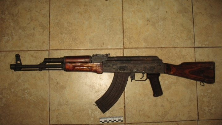 В Самарской области 50-летний мужчина прятал на заднем дворе автомат и боеприпасы