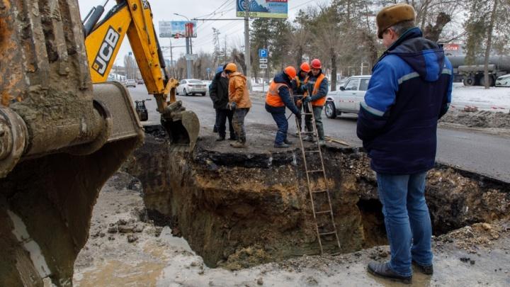 На проспекте Ленина в Волгограде прорвало магистральный водовод
