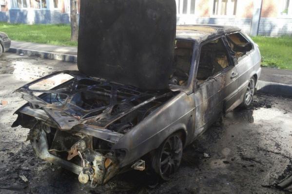 Машина загорелась во дворе дома по улице Гатчинской