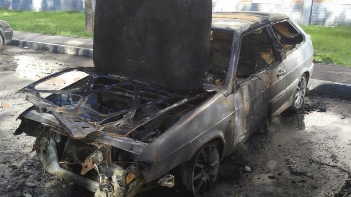 В спальном районе Перми сгорела легковушка