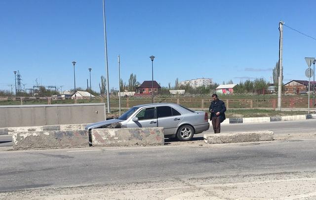 В Волгограде Mercedes не вписался в тоннель на Тулака и протаранил бетонные блоки