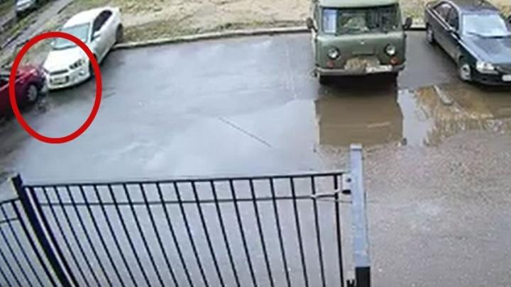 В Ярославле странный водитель таранит припаркованные машины