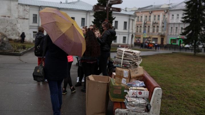 В Ярославле на месте антимусорного митинга начали собирать макулатуру