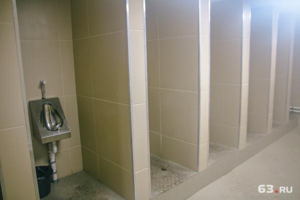 Стены отремонтированного туалета облицуют плиткой