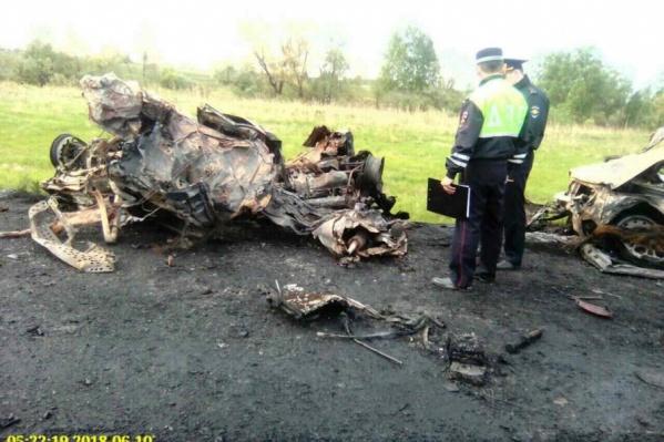 Сразу после столкновения грузовик и несколько легковушек загорелись