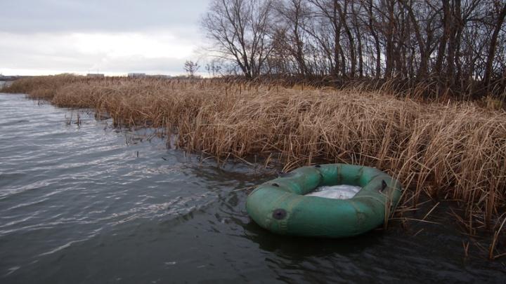 В Октябрьске спасатели увезли с острова Зеленя двух невезучих рыбаков