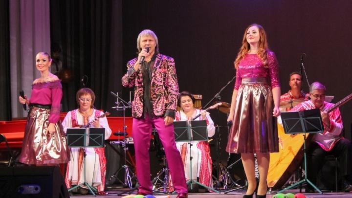 Волгоградские музыканты спели современные хиты под балалайку