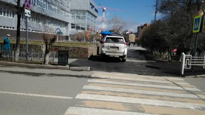 «Я паркуюсь, как ...» : инвалид на Hummer, машины на газонах  и тюменские автохамы, перегораживающие путь