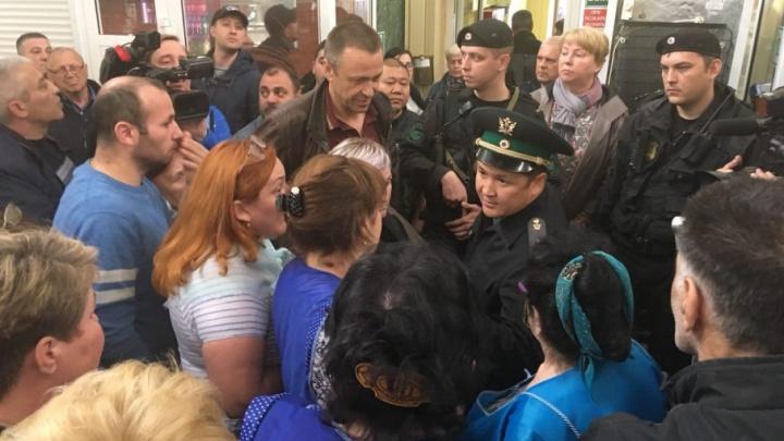 Плачущие продавцы и агрессивные приставы: как закрывали рынок «На Минской»