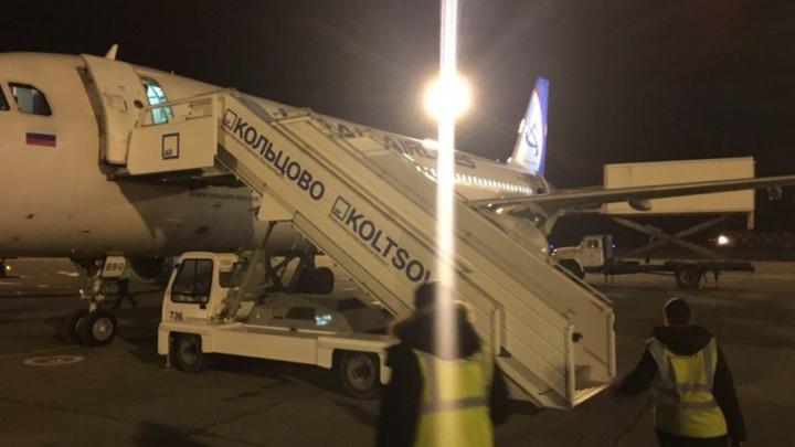 «Не протирайте глаза»: в челябинском аэропорту пассажиров высадили на трап из Кольцово