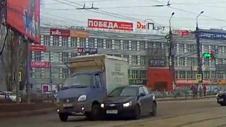 Не смог обогнать по трамвайным путям: на Заводском шоссе Chevrolet бортанул грузовую «Газель»