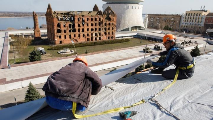 У знаменитого дома Павлова в центре Волгограда подняли старую крышу