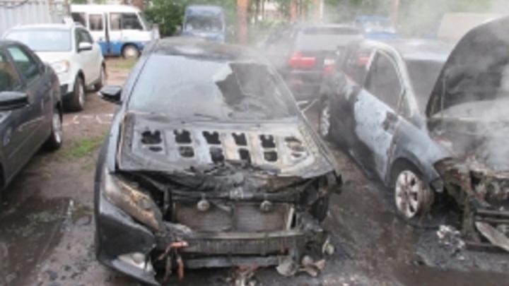 Сгорели за 25 минут: в Ярославле поджигатель уничтожил 5 машин