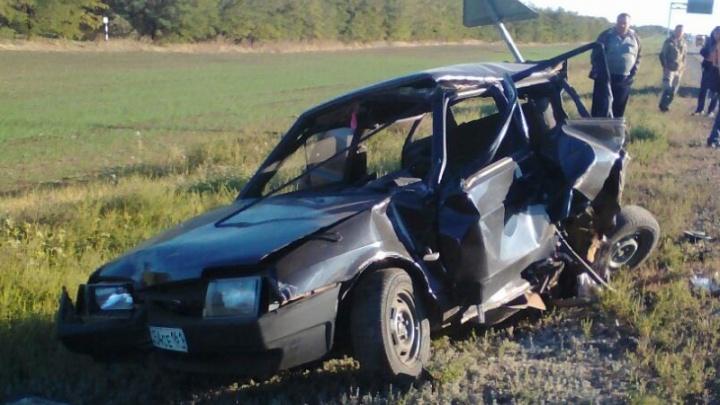 В Ростовской области джип снес с обочины ВАЗ: погиб водитель
