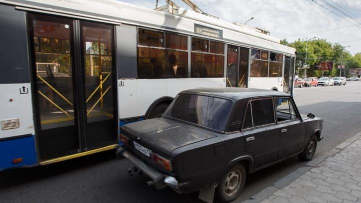 Волгоградцы жалуются на оккупировавших остановки таксистов