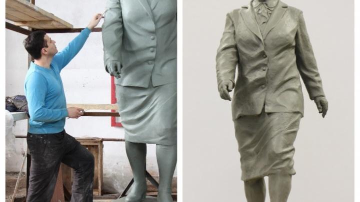 Самарский скульптор изготовил памятник деловой женщине советских времен