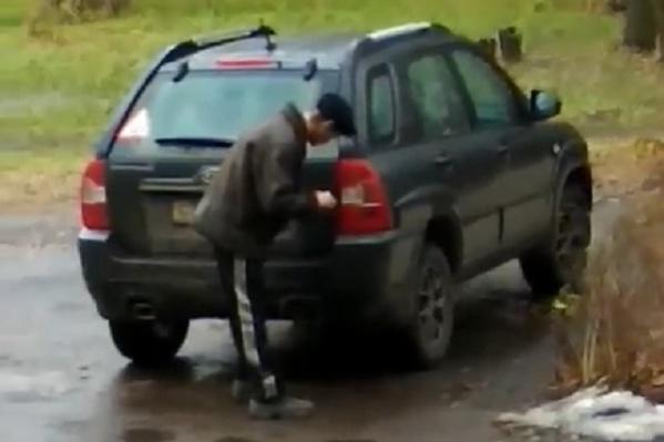 Мужчина забрасывал спички в выхлопную трубу