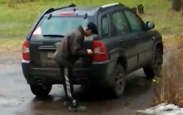 Смотри, куда ставишь! В Рыбинске мужчина пытался поджечь машину во дворе